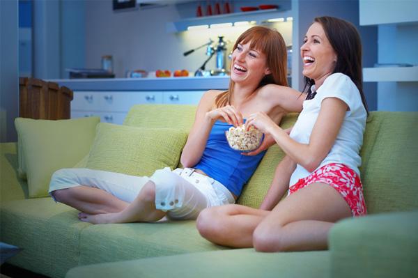 single-friends-watching-movies